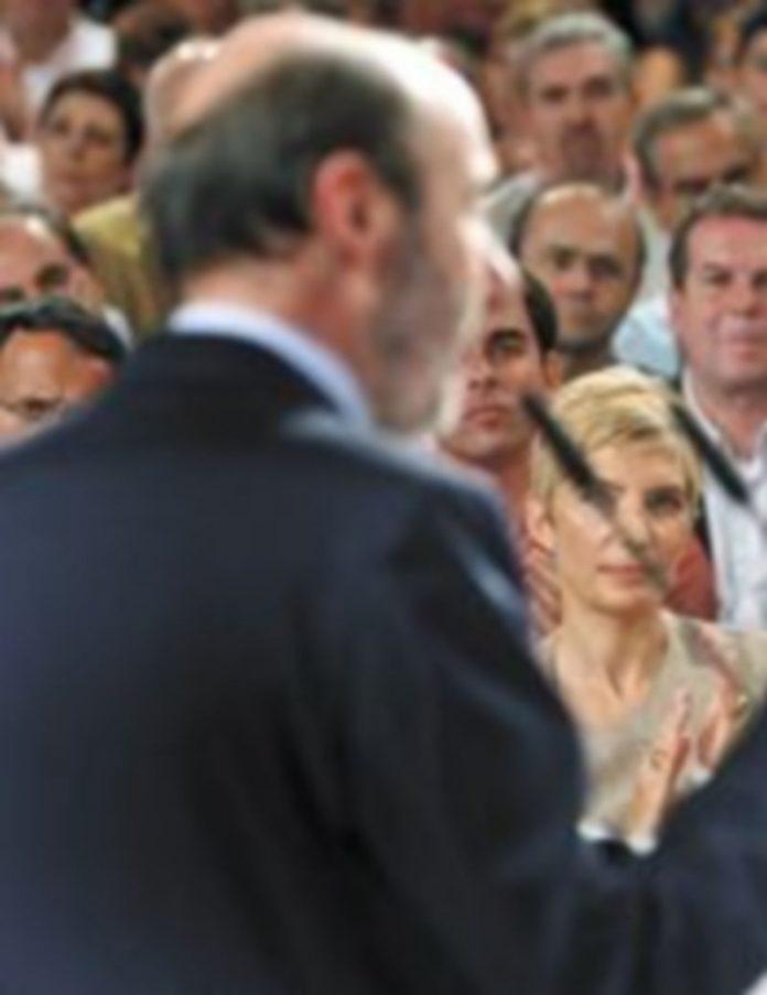 José Luis Rodríguez Zapatero aplaude el discurso de Alfredo Pérez Rubalcaba como candidato a la Presidencia del Ejecutivo. / Efe