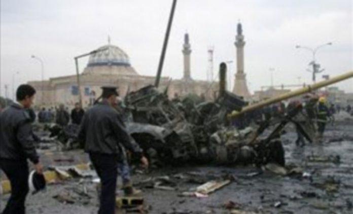 Soldados iraquies inspeccionan la zona tras la explosión de un coche bomba en el barrio de Al Qahira