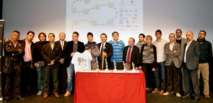 Foto de familia de los organizadores y patrocinadores de la carrera junto a Javi Guerra
