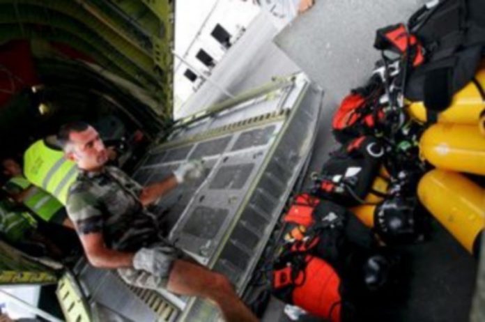 Miembros del Ejército francés cargan material en una avioneta para trasladarse a las islas Comoras y trabajar en las labores de rescate del Airbus A-310./ EFE