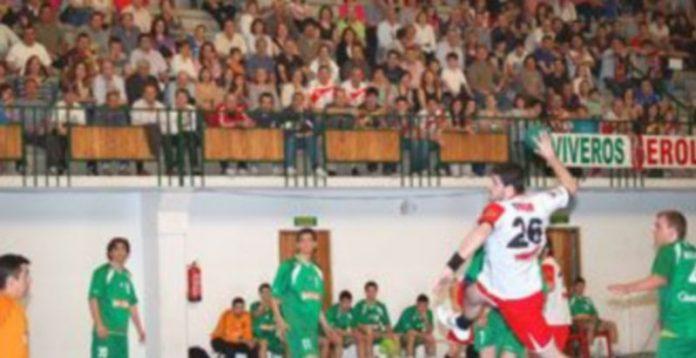 Imagen de un encuentro disputado por sel Balonmano Nava. / Amador Marugán