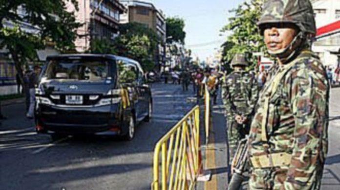 Soldados tailandeses prestan guardia al lado del coche en el que fue disparado el líder Sondhi Limthongkul./ EFE