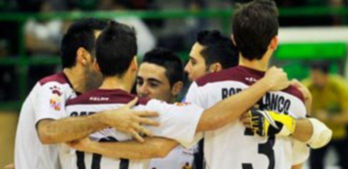 Los jugadores del Caja Segovia se abrazan tras la consecución de un tanto en un encuentro anterior. / Kamarero