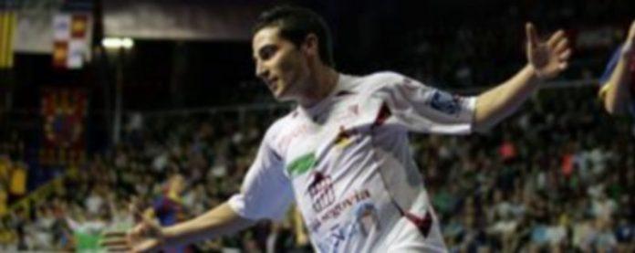Borja abre los brazos durante la celebración de su gol