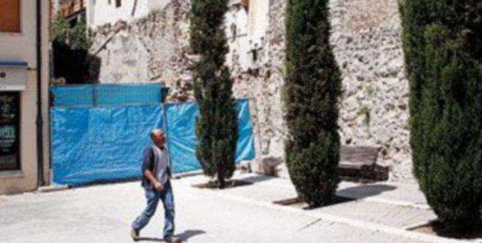 Solar cubierto con lonas donde se ha descubierto la muralla./GABRIEL GÓMEZ