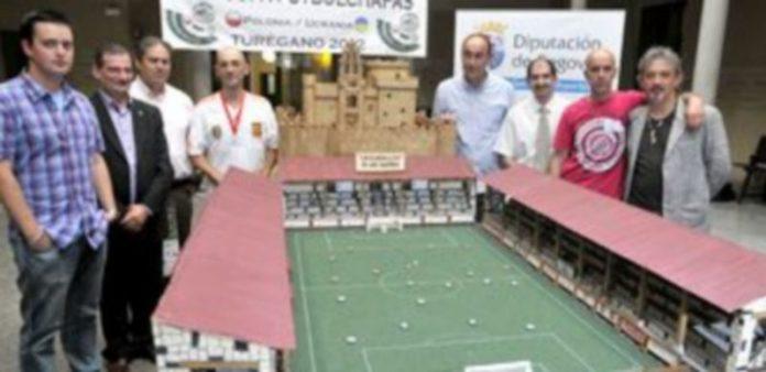 Instante de la presentación de la Eurocopa de Fútbol Chapas de Turégano. / A. BENAVENTE