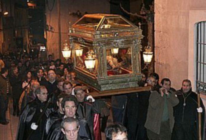 Imagen del Cristo Yacente portada por sus cofrades en el tramo final de la procesión de 2008./G. GÓMEZ
