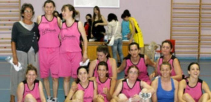 Las jugadoras de El Tocador celebran el título de liga tras vencer a Pinillos en el Emperador Te0dosio. / El Adelantado