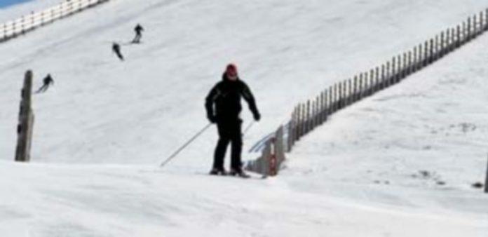 Un hombre esquiando. / E. A.