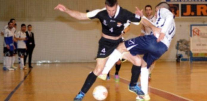 Iván Quintín es sujetado de la camiseta por un contrario en un lance del encuentro disputado en el pabellón A Malata de Ferrol. / Daniel Alexandre-Diario de Ferrol