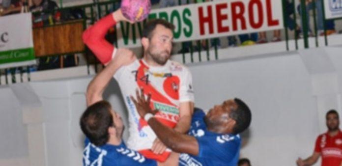 Carlos Villagrán es sujetado por dos jugadores del Palma del Río para evitar su lanzamiento. / Amador Marugán