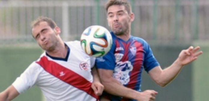 Anel choca con un jugador del Villa de Simancas. / Juan Martín