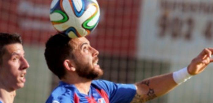 Quique persigue la pelota en el partido disputado este curso en La Albuera entre Segoviana y CD La Granja. / Kamarero