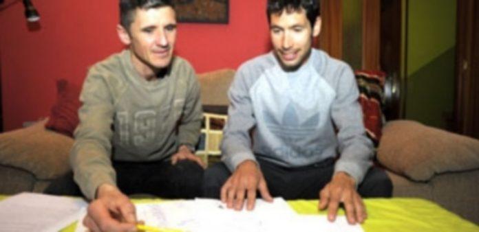 Los atletas Pedro Luis Gómez y Javi Guerra repasando su plan específico de entrenamiento mental. / KAMARERO