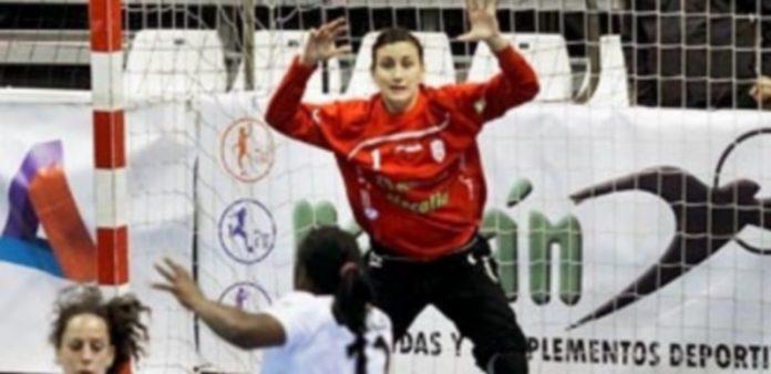 La portera Cristina Maestro defendiendo la meta de su equipo de esta temporada