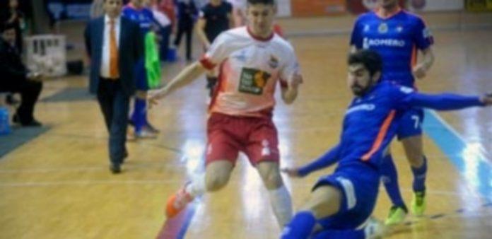 Chus disputa un balón contra uno de los jugadores de Cartagena . / Kamarero