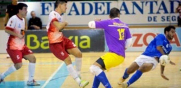 Chus remata a portería en la imagen correspondiente al partido que disputaron Naturpellet Segovia y Melilla en el Pedro Delgado. / KAMARERO