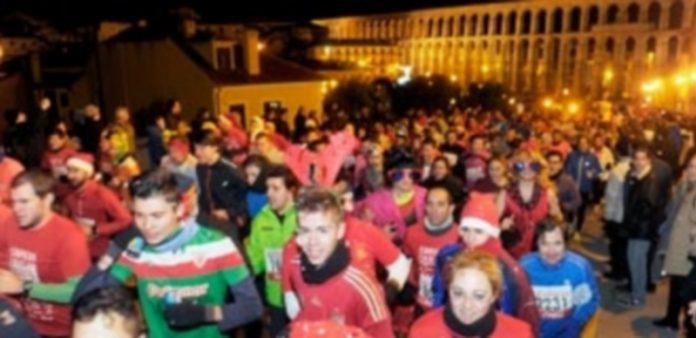 Un momento de la multitudinaria salida de la Carrera Fin de Año el pasado 31 de diciembre de 2014. / KAMARERO