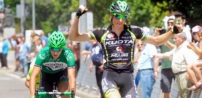 Noel Martín levanta los brazos tras hacerse con la victoria en la tercera etapa de la Vuelta a Segovia. / KAMARERO