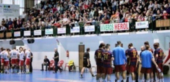 Un tiempo muerto durante el encuentro que la pasada temporada disputaron el Viveros Herol Nava y el Barcelona B. / ALEJANDRA RODRÍGUEZ