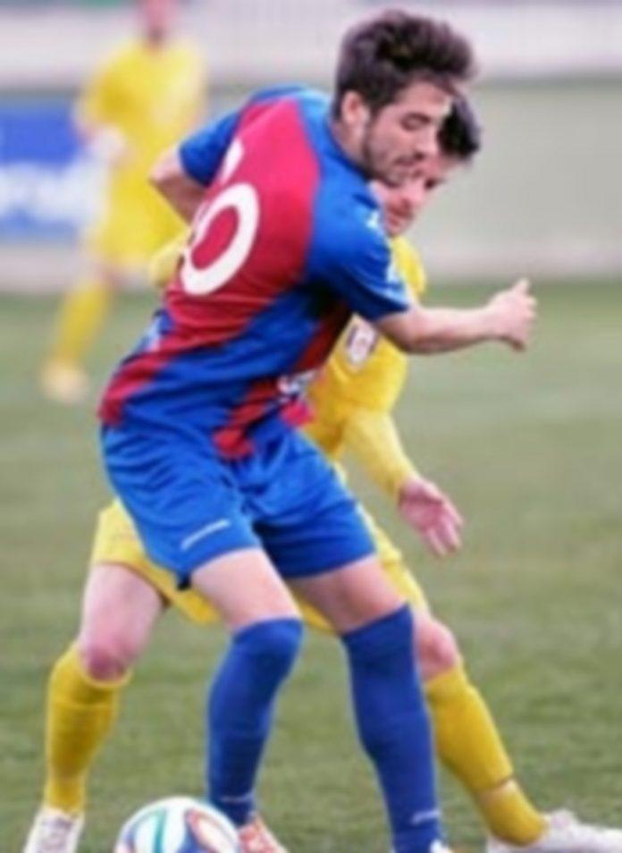 El jugador de la Gimnástica Segoviana Dani Calleja disputa un balón ante la presión de un rival del Real Ávila. / KAMARERO
