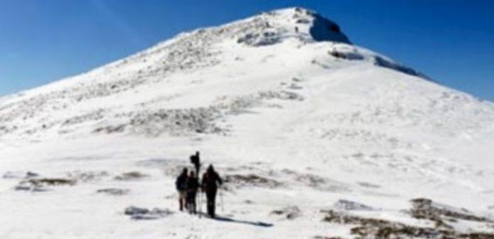 Un grupo de la expedición de la travesía invernal de la Mujer Muerta subiendo el pico de La Pinareja. / E.A.