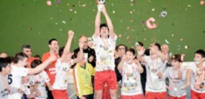 Los jugadores dedicaron a la afición el trofeo de campeón obtenido en el intersector. / Amador Marugán