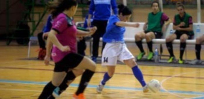 Laura Llorente intenta el remate a portería con su pierna izquierda durante el choque frente al Leis / Kamarero