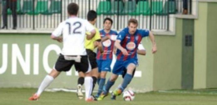 Dani Arribas inicia la acción ofensiva en el último encuentro que la Segoviana jugó frente al Numancia B en el campo de La Albuera. / JUAN MARTÍN