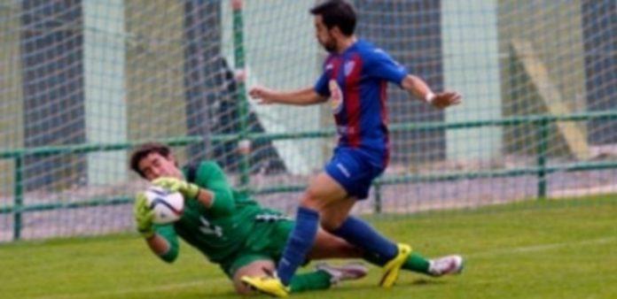 El portero del Burgos Promesas se hace con el balón en presencia de Kike en el partido de la primera vuelta. / JUAN MARTÍN