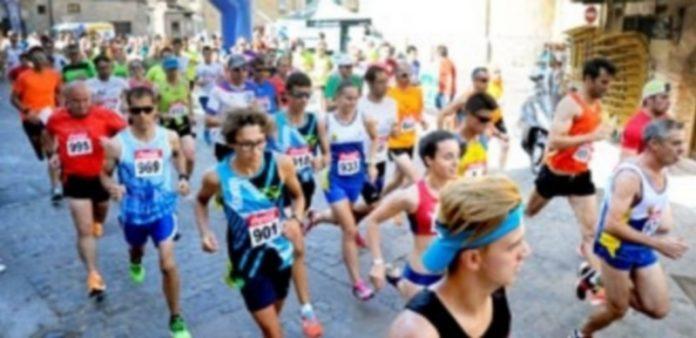 Los corredores de la categoría absoluta en el momento del inicio de la competición que une deporte