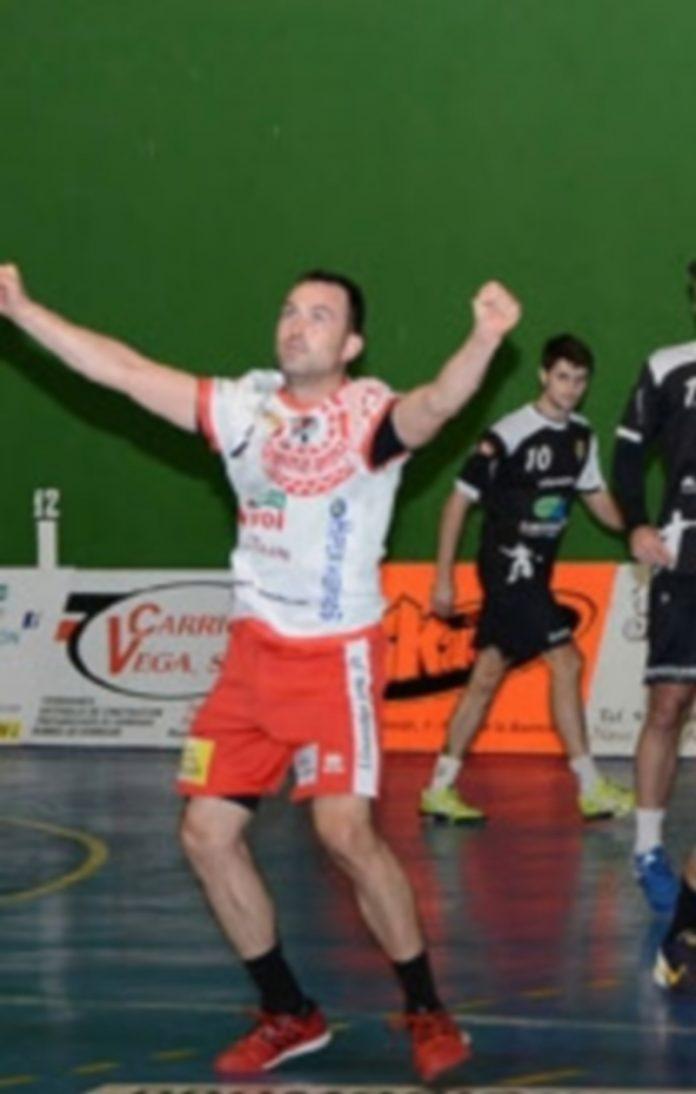 Carlos Villagrán celebra con la grada uno de los goles conseguidos por el Viveros Herol. / AMADOR MARUGÁN