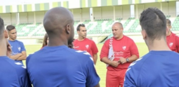 Abraham se dirige a los jugadores en un entrenamiento de la Gimnástica Segoviana. / KAMARERO