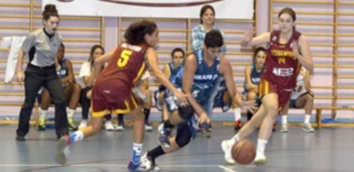 La jugadora del Restaurante La Alhambra Unami Helena Esteve se va de dos rivales del CB Alcobendas. / MARTA HERRERO