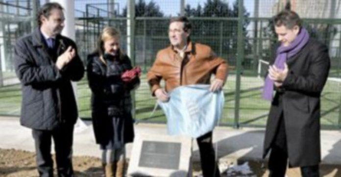 Carlos Melero descubre la placa en presencia del alcalde