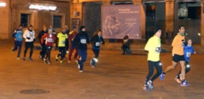 Un grupo de corredores a su paso por la Plaza del Azoguejo. / TAMARA DE SANTOS
