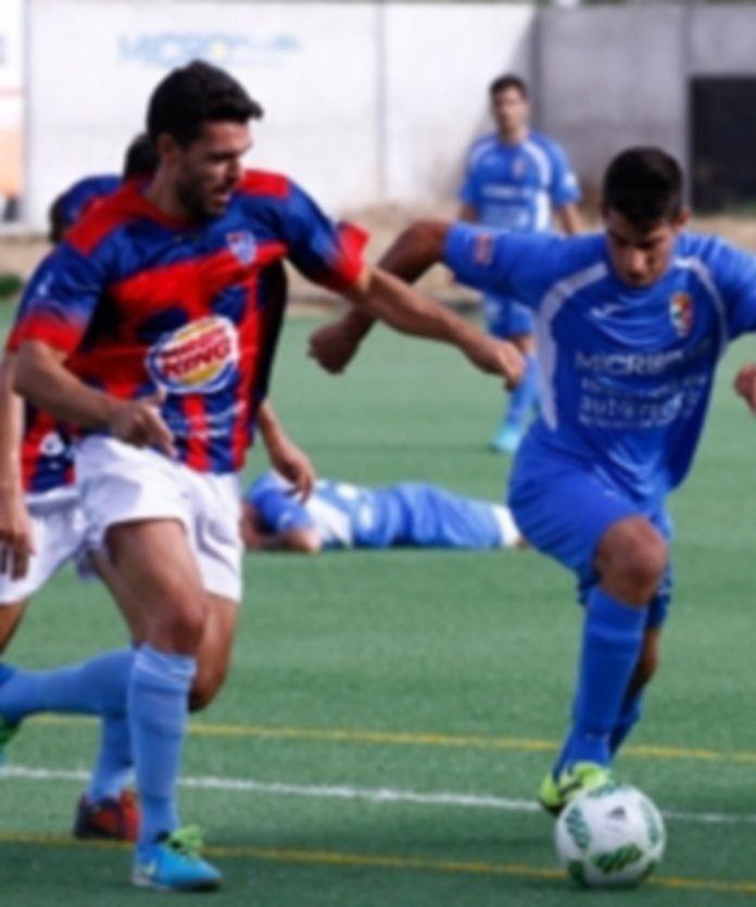 Domingo persigue a un jugador del Villaralbo. / LA OPINIÓN DE ZAMORA