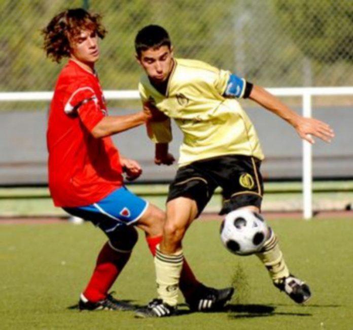 El capitán del Quintanar intenta controlar un balón con un rival del Numancia B a su derecha. / Alberto Benavente