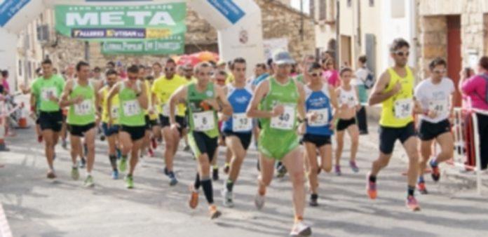 Salida de la prueba de 10 kilómetros de la tercera edición de la carrera de 'Los Lagartijas' de Rades de Abajo desde la Plaza Mayor. / ALEJANDRO MARTÍN