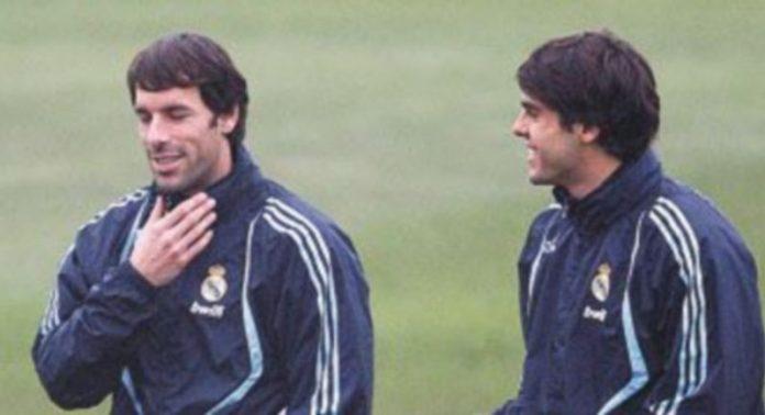 Van Nistelrooy y Kaká charlan durante un entrenamiento. / Efe