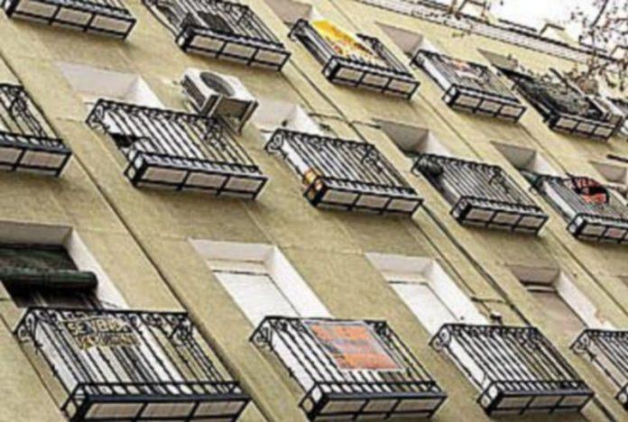 El parón del sector inmobiliario y el temor a que el desplome de los precios pueda acentuarse han llevado a muchos propietarios a poner en venta sus pisos. / EFE