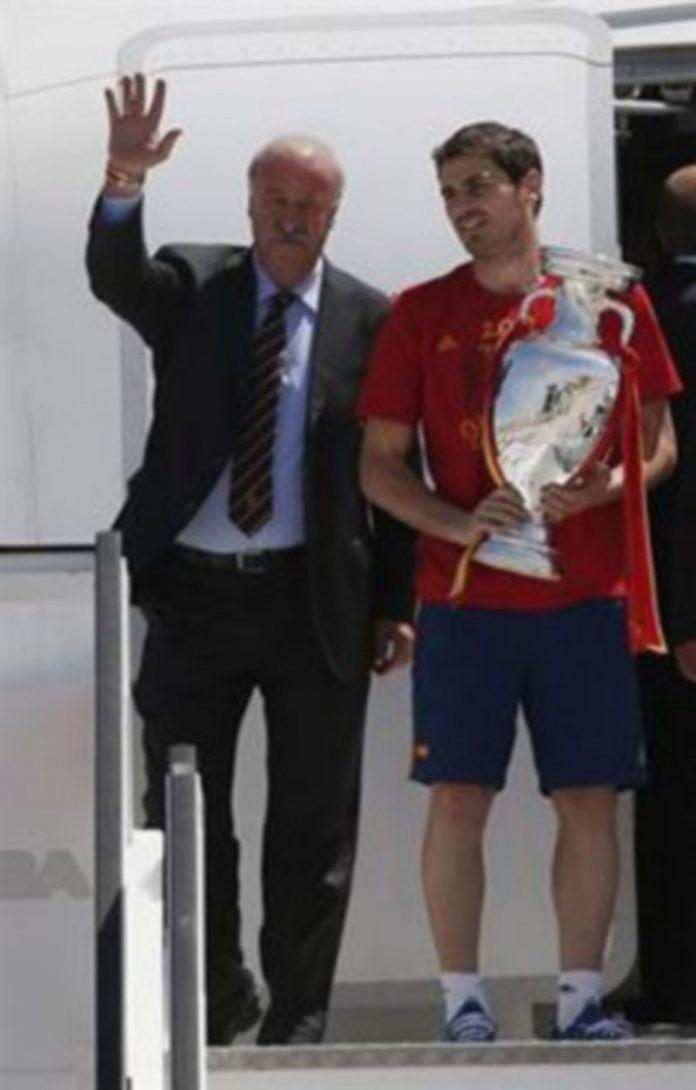 Vicente del Bosque e Iker Casillas portaban la Copa a su llegada al aeropuerto Madrid-Barajas./ EUROPA PRESS