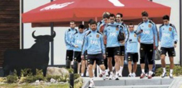 Los internacionales españoles afrontan la final ante Italia concentrados en poder obtener el triplete histórico. / Reuters