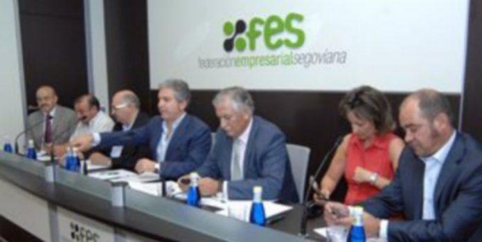 Palomo con parte de la junta directiva de la FES esta mañana en la sede de la patronal. / JUAN MARTÍN