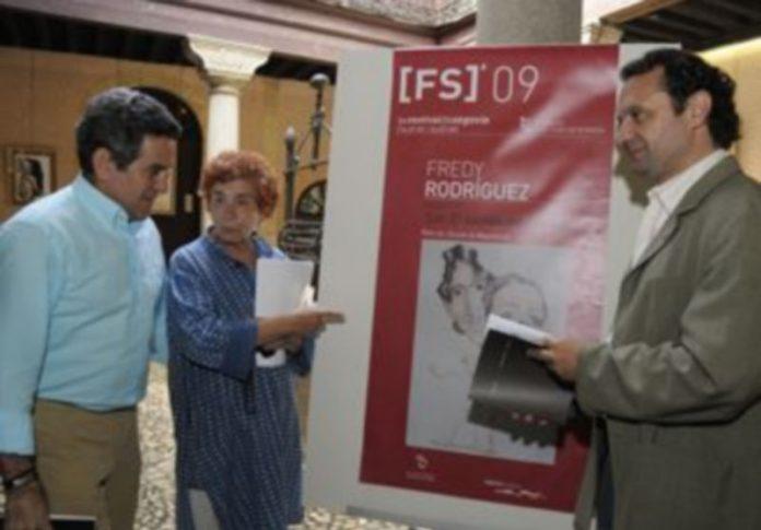 Arahuetes y Teresa Tardío junto al comisario de la exposición incluida en el Festival