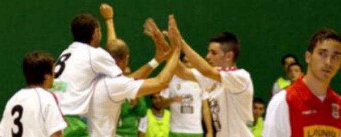 Momento de la celebración de uno de los nueve goles logrados por el Valverde ante el Collado Mediano. / El Adelantado