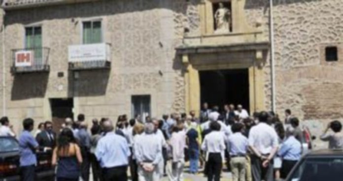 Numerosas personas se acercaron hasta la iglesia románica de San Andrés para acompañar a la familia Garvía Luciáñez. / JUAN MARTÍN