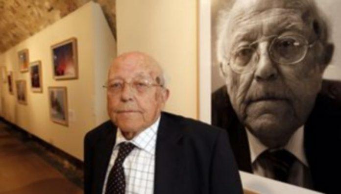 El escritor José Jiménez Lozano posa ante una de las fotografías con su imagen
