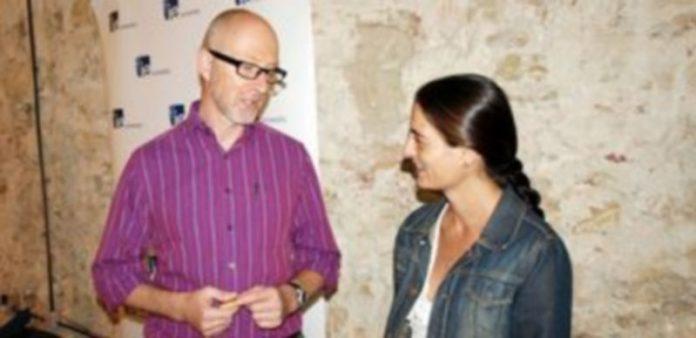 El científico Simon Smart y la profesora Crisina Herrero minutos antes de la ponencia en IE Univesity./ EL ADELANTADO
