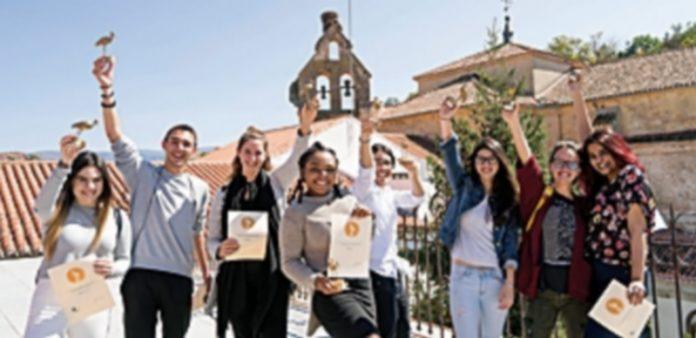 Parte de los alumnos ganadores con sus trofeos en una de las terrazas del campus. / Roberto Arribas